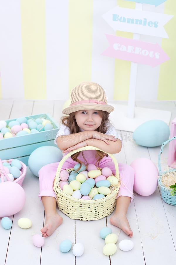Пасха! Девушка держит корзину яя на предпосылке интерьера пасхи Оформление пасхи красочное Девушка гоня пасхальные яйца Sprin стоковые фотографии rf