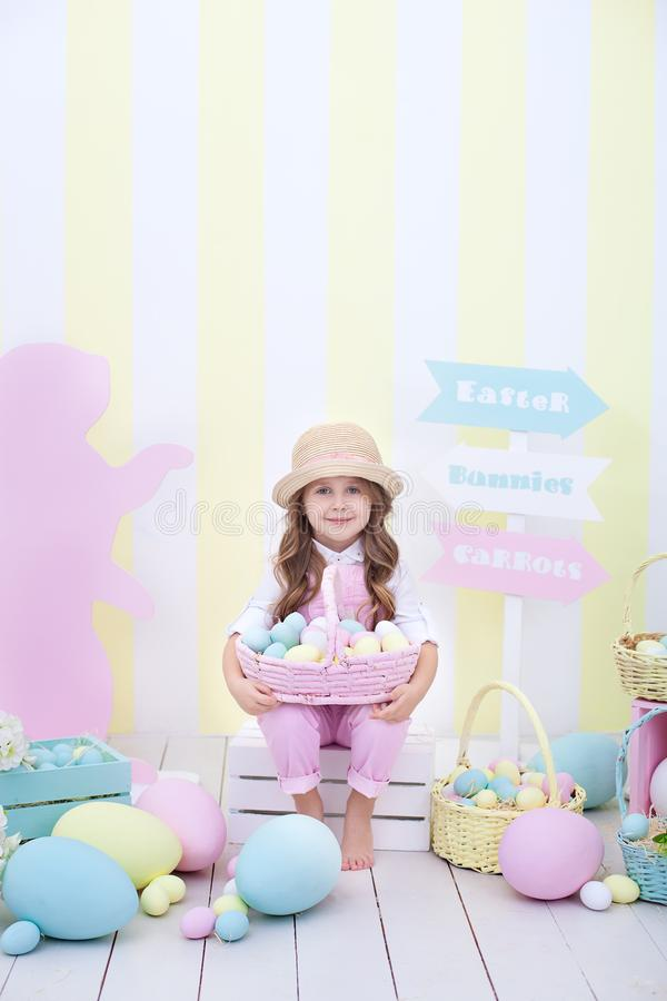 Пасха! Девушка держит корзину яя на фоне интерьера пасхи Оформление пасхи красочное в студии Девушка i стоковое изображение rf