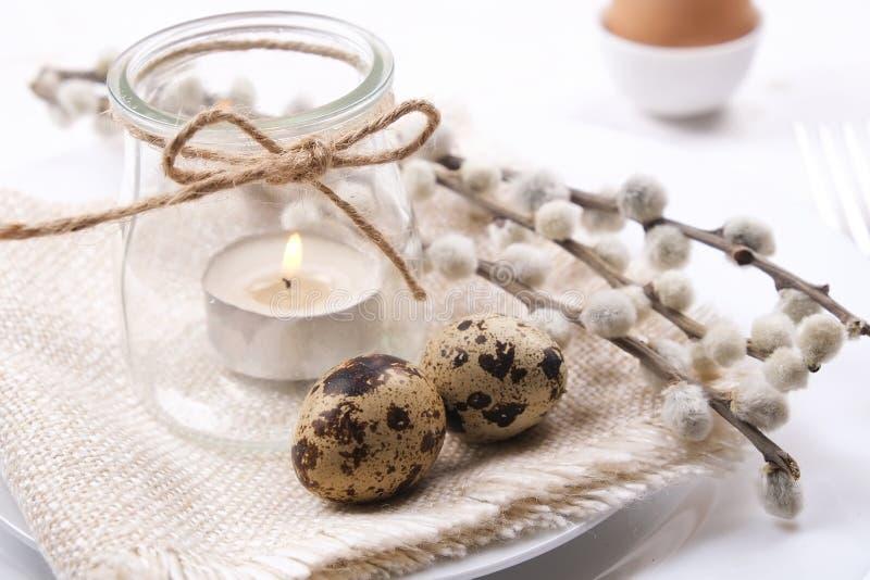 Пасха кладя назначения таблицы, варианты сервировки стола Детали Tableware с праздничным украшением и цветками Счастливый праздни стоковая фотография
