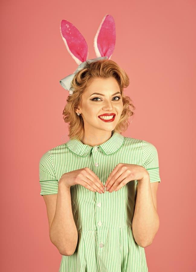 Пасха, макияж, партия pinup, девушка в ушах кролика стоковое фото