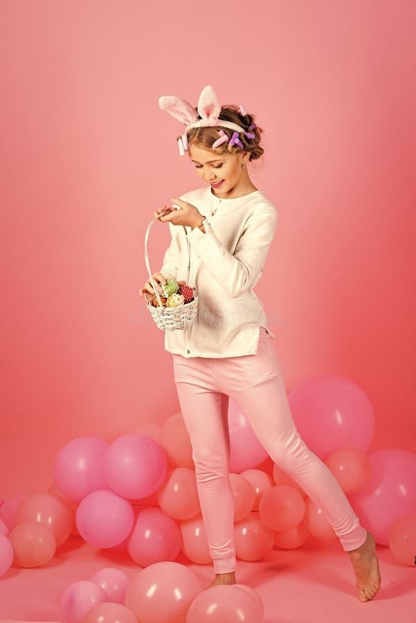 Пасха, маленькая девочка в ушах зайчика с воздушными шарами стоковое фото