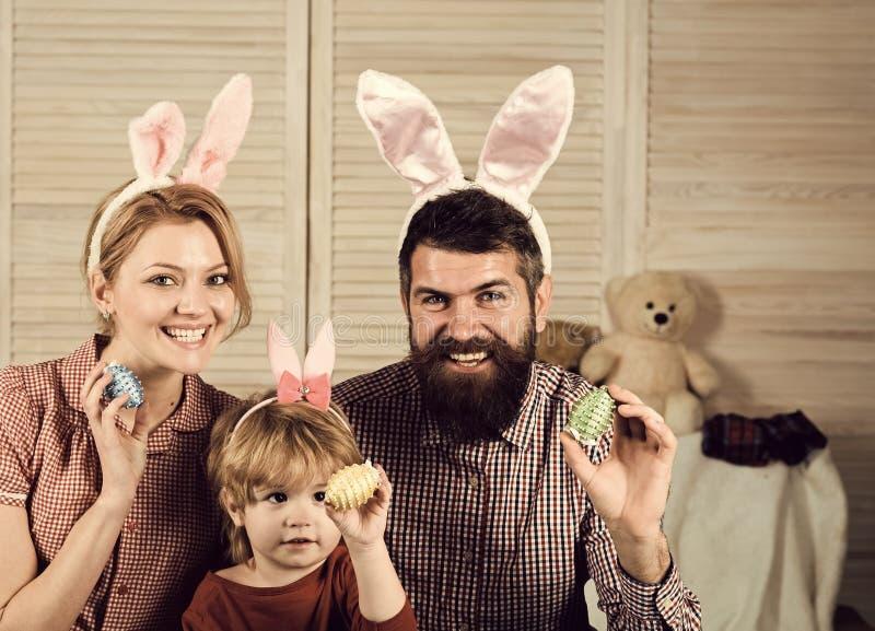 Пасха, мать, отец и ребенок в ушах зайчика стоковое изображение