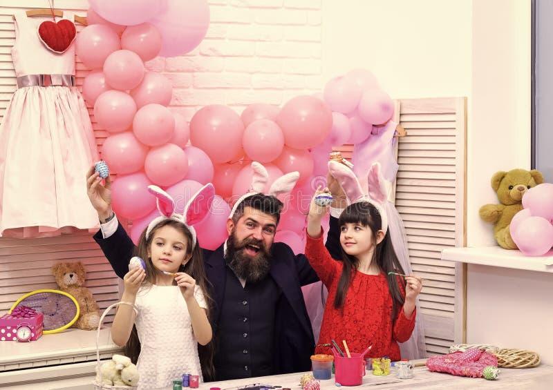 Пасха, отец и дети в розовых ушах зайчика стоковые фотографии rf