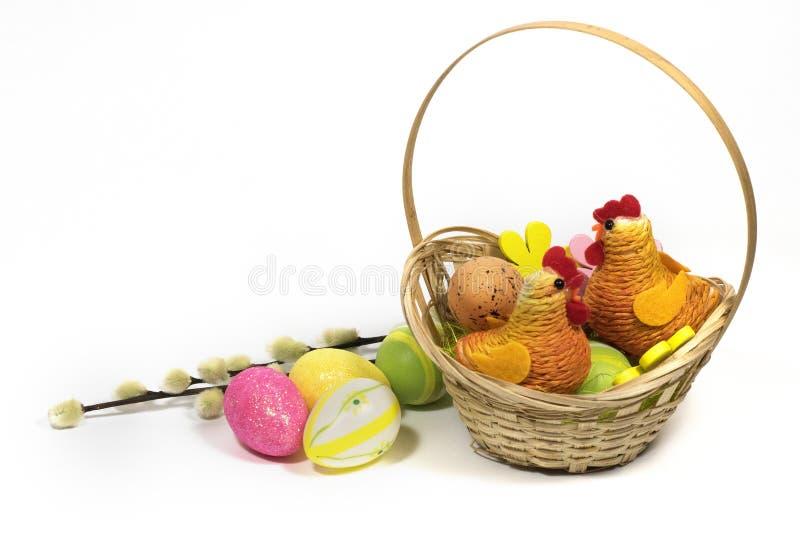 Пасха покрасила яйца в корзине и цыпленке пасхи декоративном стоковое изображение
