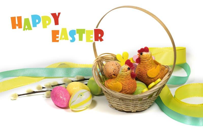 Пасха покрасила яйца в корзине и цыпленке пасхи декоративном стоковая фотография rf