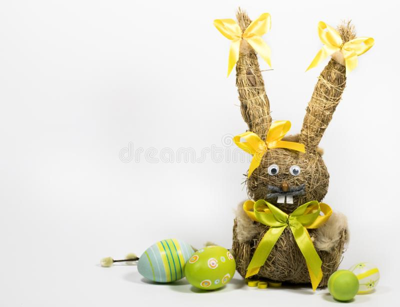 Пасха покрасила яйца и зайчика пасхи от сухой травы стоковое фото