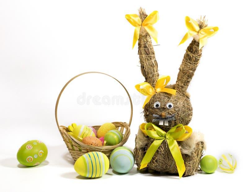 Пасха покрасила яйца и зайчика пасхи от сухой травы стоковое изображение rf