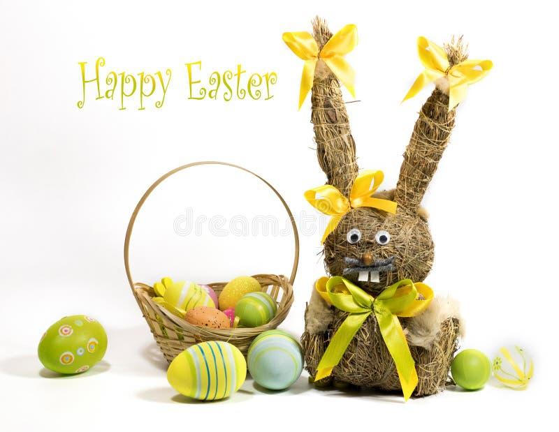 Пасха покрасила яйца и зайчика пасхи от сухой травы стоковые изображения rf