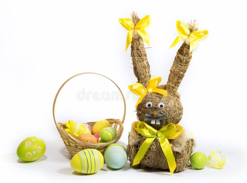 Пасха покрасила яйца и зайчика пасхи от сухой травы стоковые фотографии rf