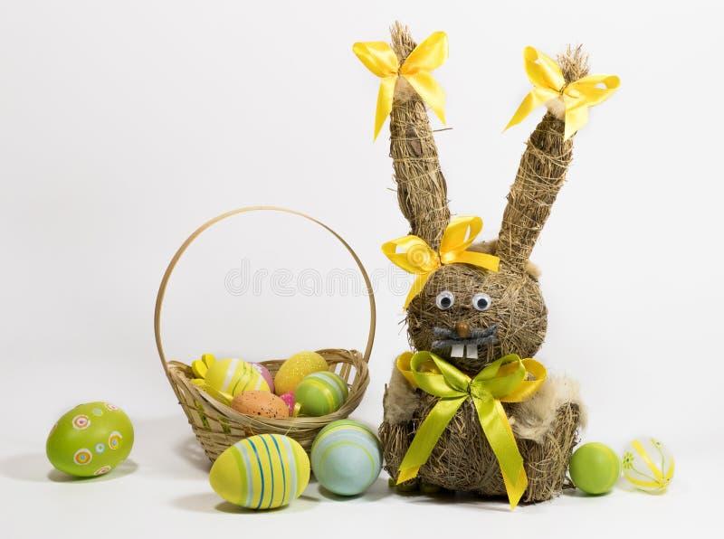 Пасха покрасила яйца и зайчика пасхи от сухой травы стоковое изображение