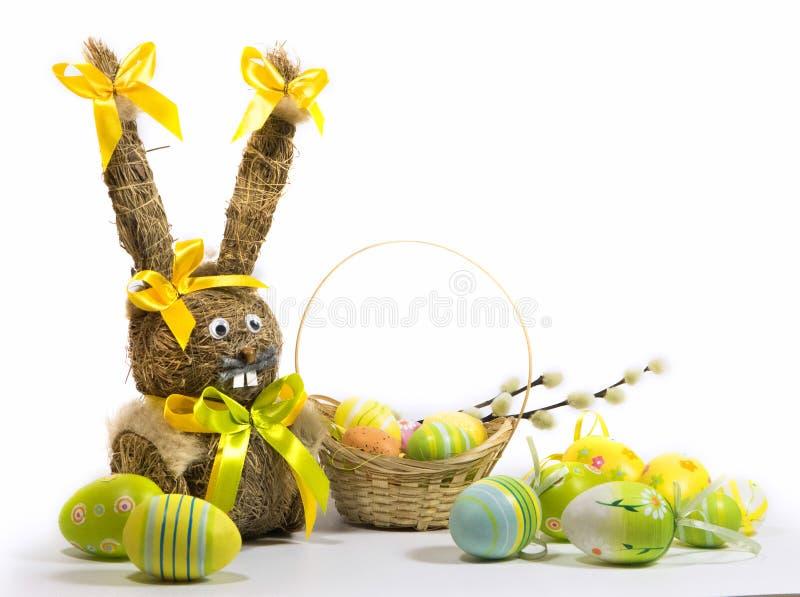 Пасха покрасила яйца и зайчика пасхи от сухой травы стоковое фото rf