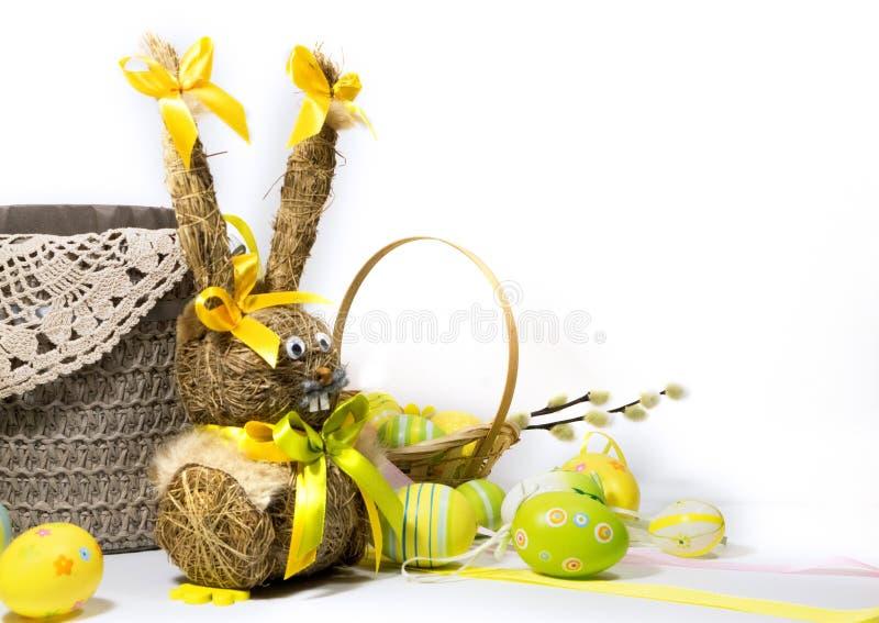 Пасха покрасила яйца и зайчика пасхи от сухой травы стоковые изображения