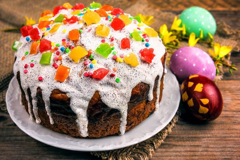 Пасха покрасила яйца и торт стоковое фото rf