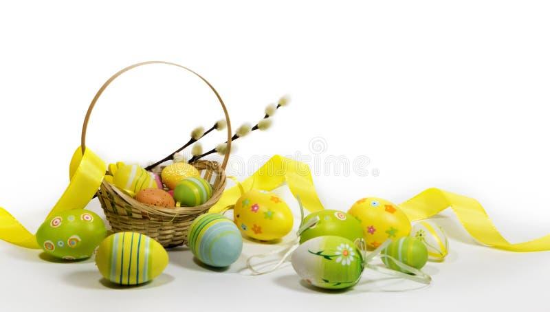 Пасха покрасила яйца с корзиной лоз стоковое фото