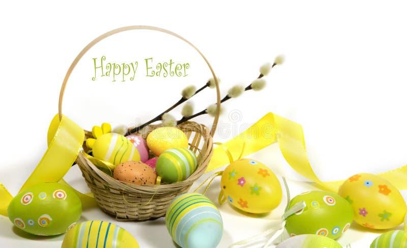 Пасха покрасила яйца с корзиной лоз стоковое изображение rf