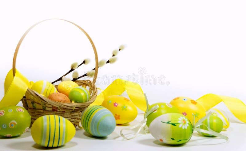 Пасха покрасила яйца с корзиной лоз стоковая фотография rf