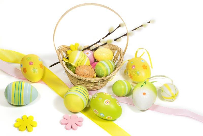 Пасха покрасила яйца с корзиной лоз стоковое изображение