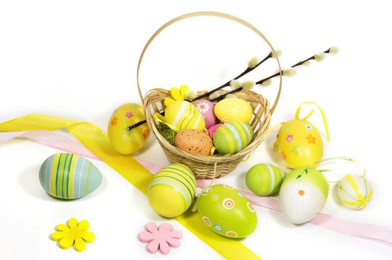 Пасха покрасила яйца с корзиной лоз стоковые фото