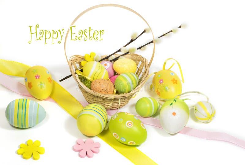 Пасха покрасила яйца с корзиной лоз стоковые изображения