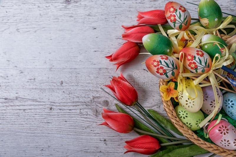 Пасха, покрашенные пасхальные яйца установила в украшение пасхи шара за белой предпосылкой стоковые фотографии rf