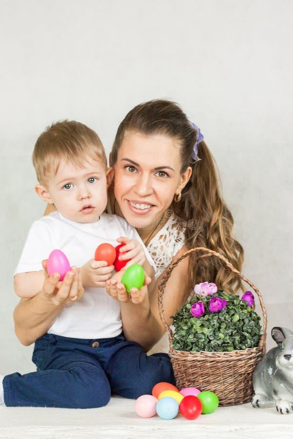 Пасха привлекательная девушка с сыном младенца стоковые фото