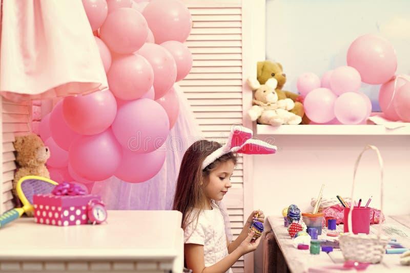 Пасха, ребенок в розовых ушах зайчика стоковая фотография rf