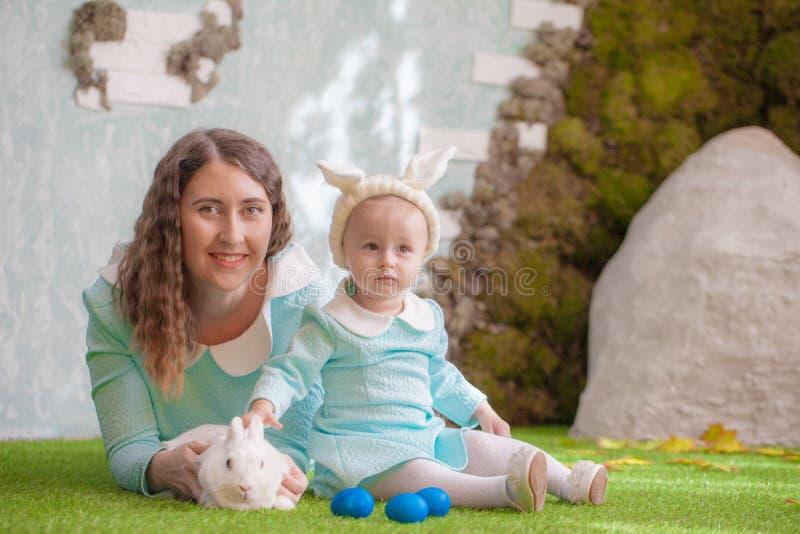 Пасха Семья с зайчиком пасхи на зеленой траве стоковое изображение