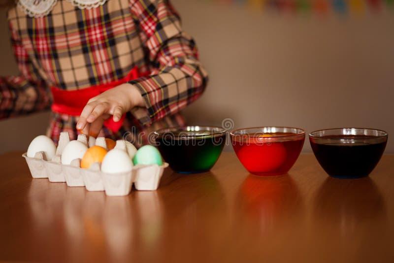 пасха счастливая Художник маленькой девочки покрасил яйца Ребенк подготавливая для пасхи покрашенная рука Краска пальца Концепция стоковые изображения rf