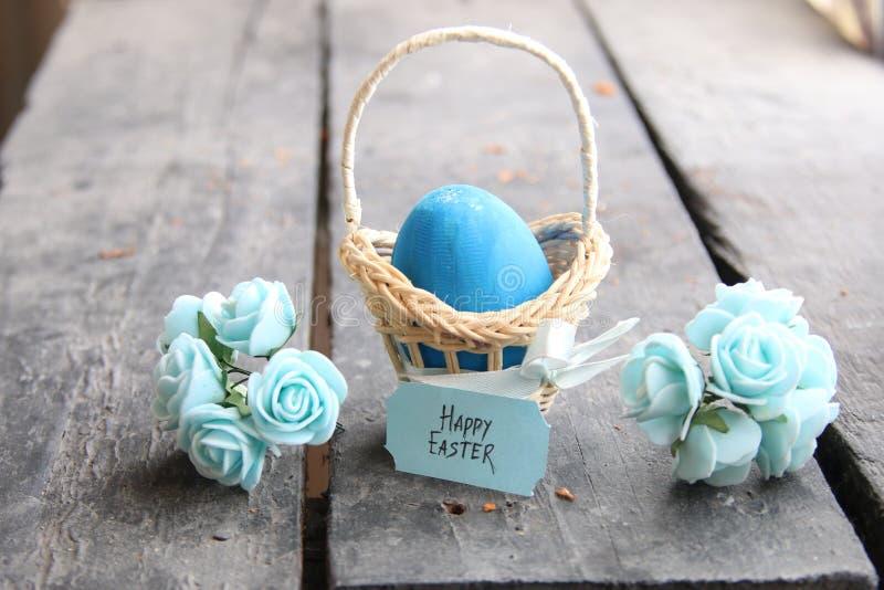 пасха счастливая Пасхальное яйцо в корзине на винтажных предпосылке и весне цветет стоковые фотографии rf