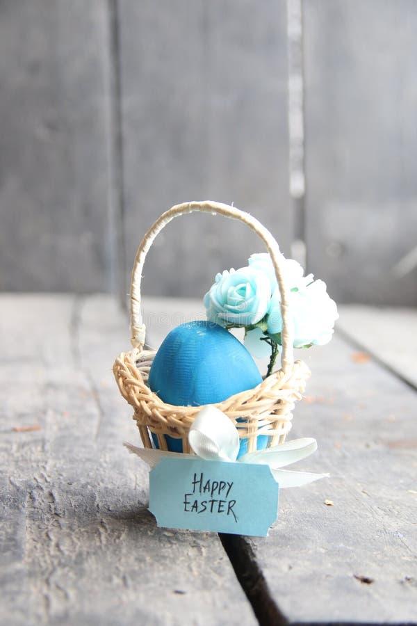 пасха счастливая Пасхальное яйцо в корзине на винтажных предпосылке и весне цветет стоковое фото rf