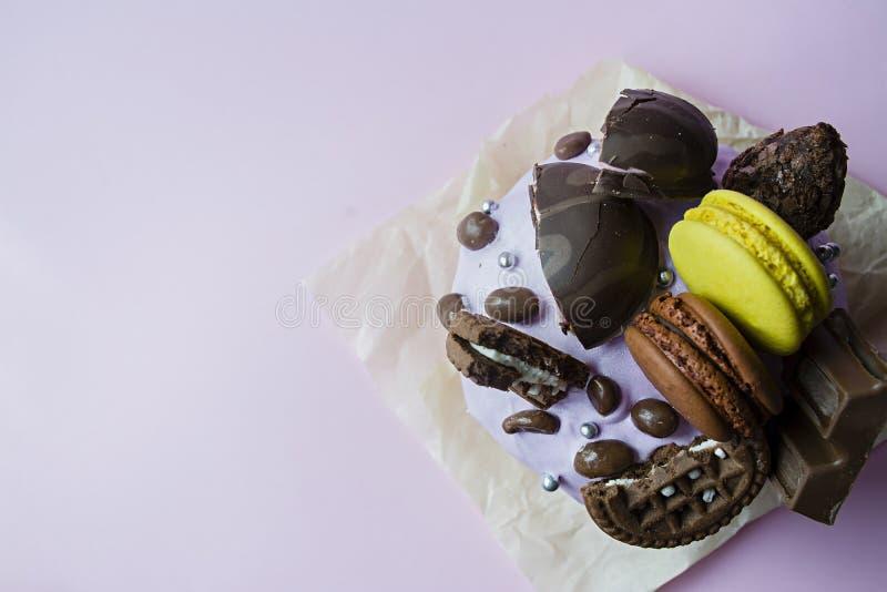 Пасха, торт пасхи украшенный с шоколадом и macaroons Традиционное Kulich, хлеб пасхи Праздник весны в памяти о стоковое изображение rf