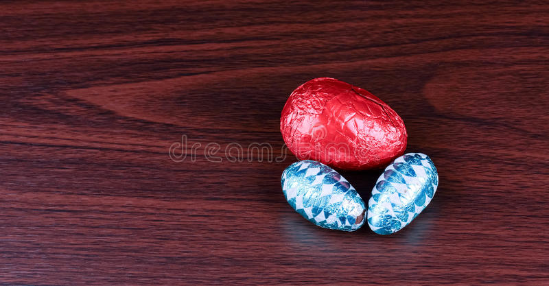 3 пасхального яйца на древесине от верхней части стоковая фотография rf
