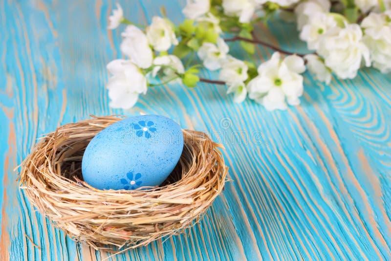 Пасхальное яйцо в гнезде стоковое фото rf