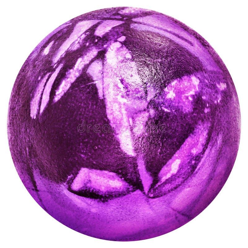 Пасхальное яйцо покрасило глубоко - фиолетовый и украшенный с взгляд сверху отпечатков листьев изолированное на белой предпосылке стоковая фотография