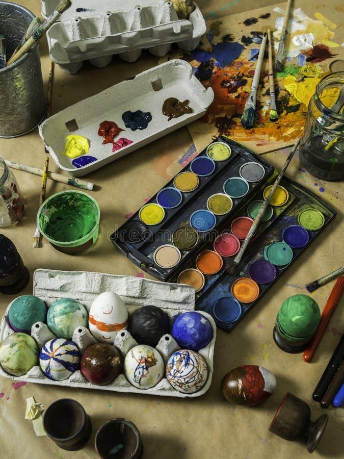 Пасхальное яйцо украшая таблицу стоковая фотография rf