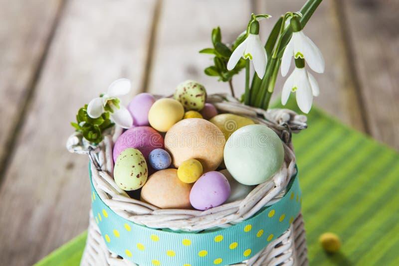 Пасхальные яйца в белой корзине стоковые изображения rf