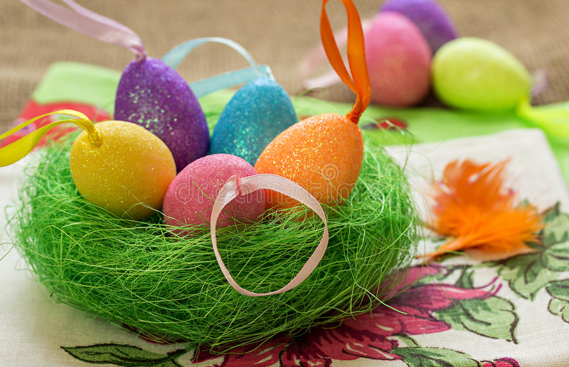 Пасхальные яйца в декоративном гнезде стоковые фото