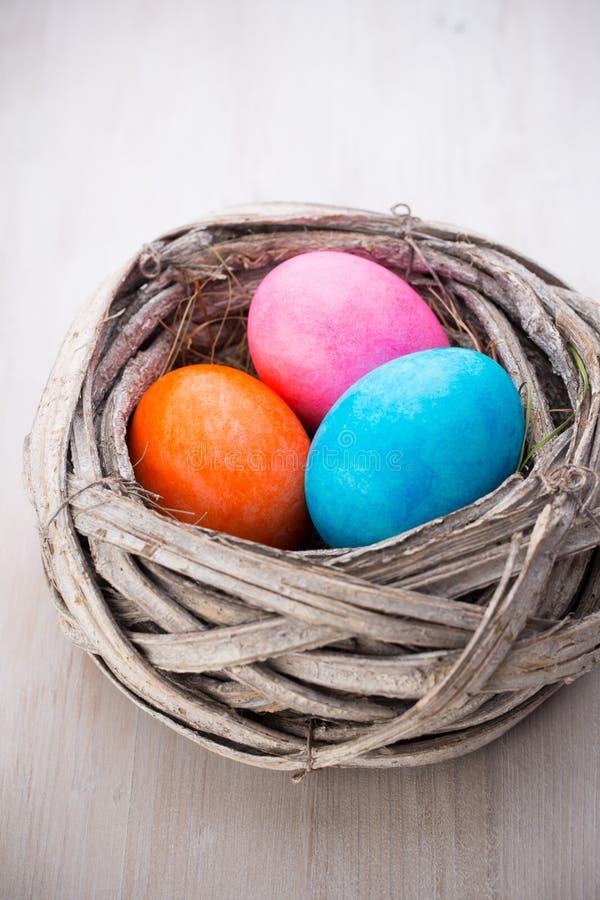 Пасхальные яйца в карточке скидки весны гнезда стоковая фотография