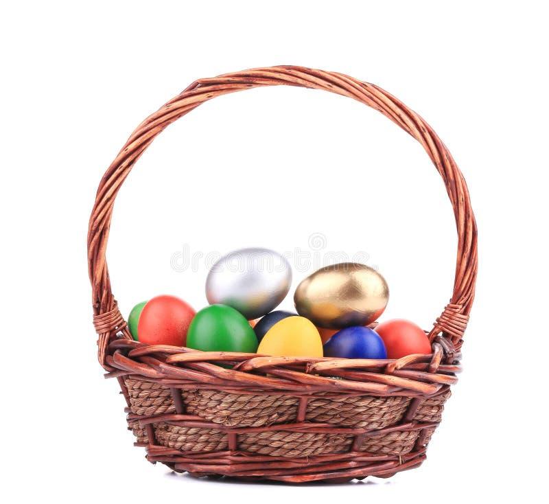 Пасхальные яйца в корзине. стоковая фотография