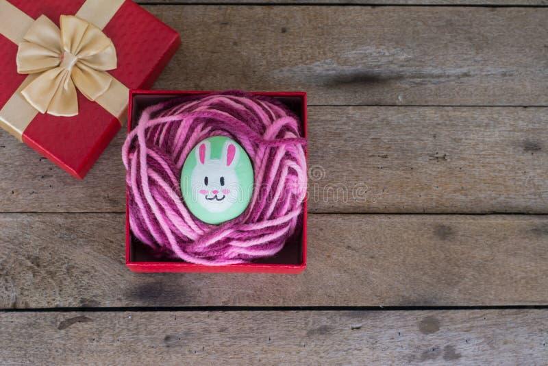 Пасхальные яйца в подарочной коробке на деревянном стоковые изображения rf