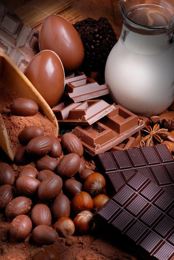 Пасхальные яйца и сортированный шоколад стоковые изображения
