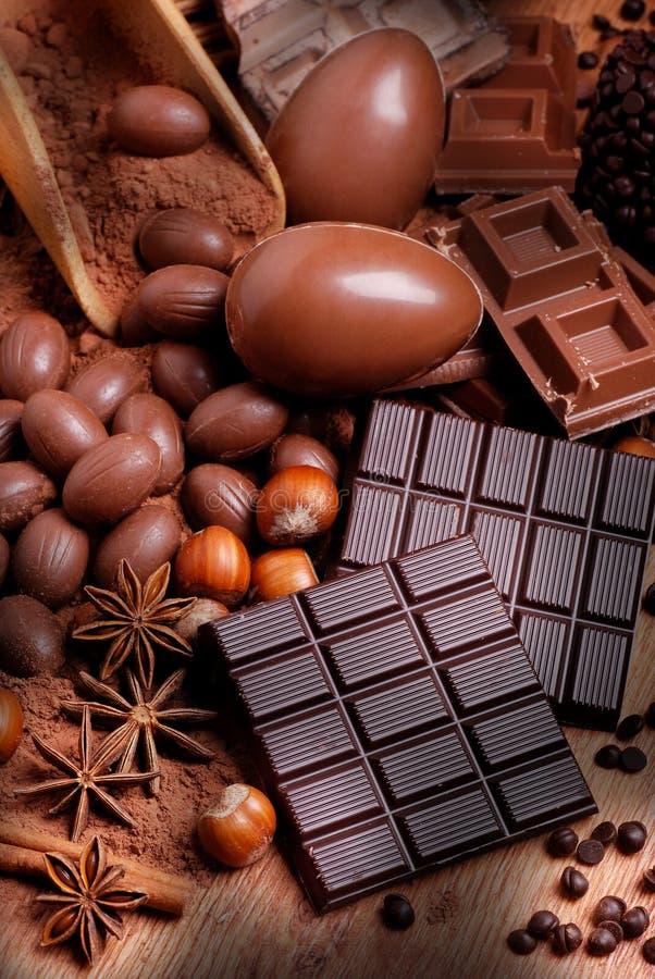 Пасхальные яйца и сортированный шоколад стоковая фотография