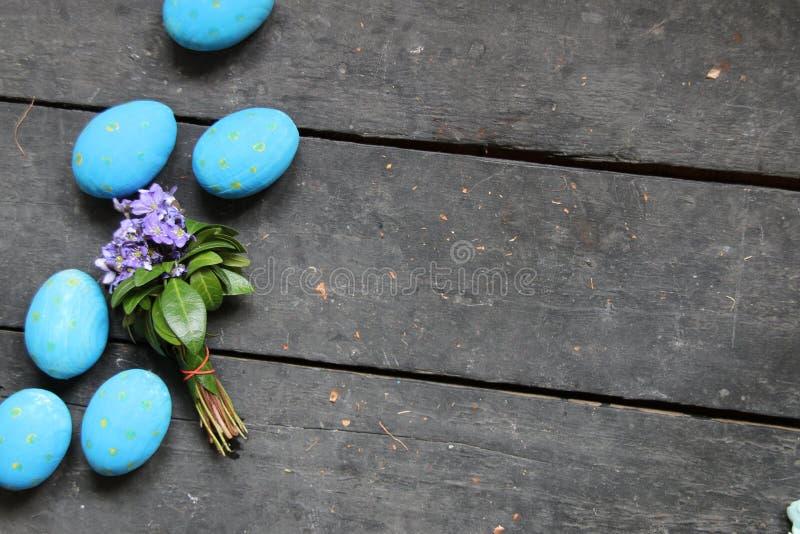 Пасхальные яйца и цветки весны на деревянной предпосылке стоковое изображение