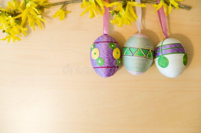 Пасхальные яйца на ветви стоковые изображения
