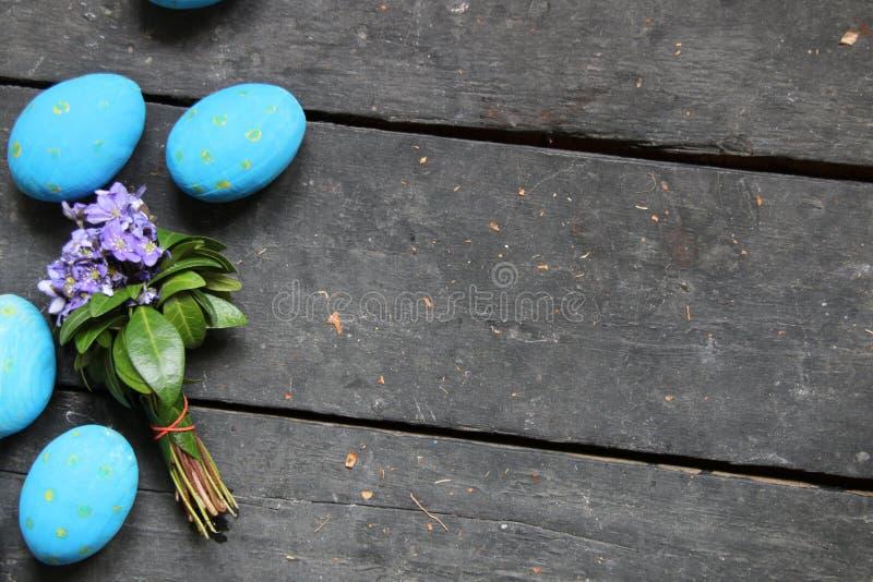 Пасхальные яйца на деревянной предпосылке стоковое фото