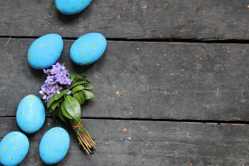 Пасхальные яйца на деревянной предпосылке стоковые изображения