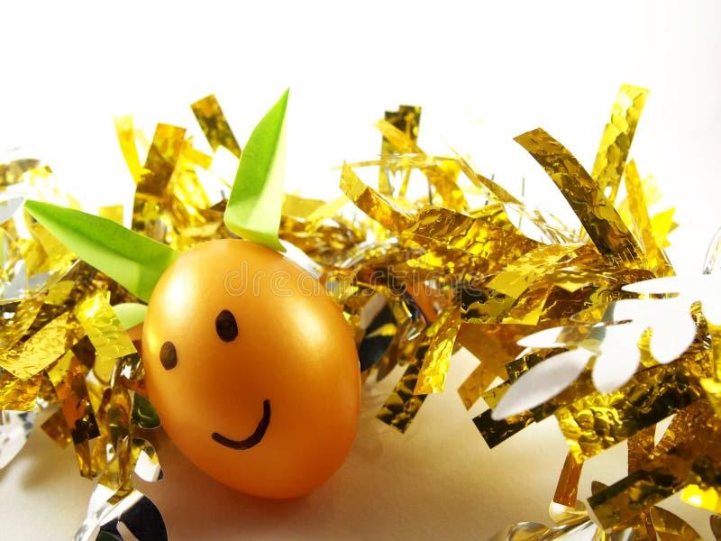 Пасхальные яйца при кролик ушей, украшенный салатовой бумагой стикера, орнамент золотым вихором стоковое фото