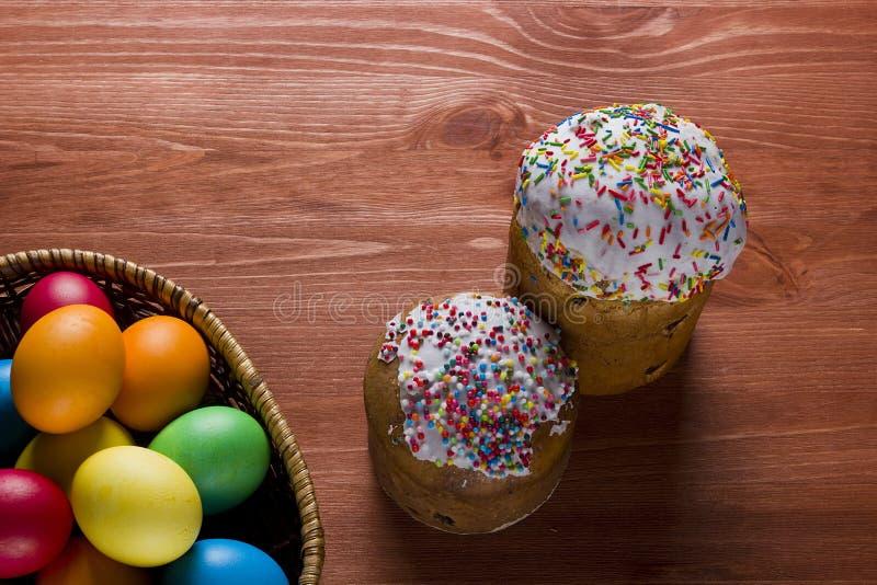 Пасхальные яйца других цветов и тортов стоковая фотография rf
