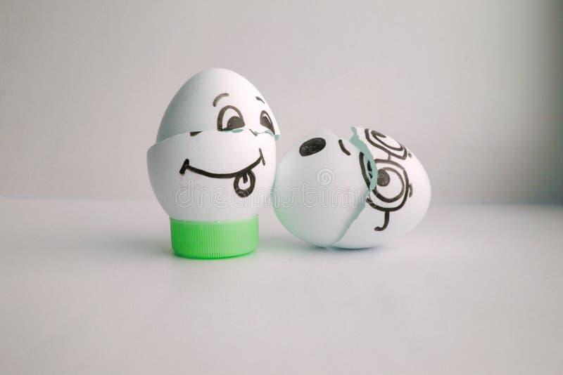 Пасхальные яйца счастливые с концепцией стороны смеясь над греха стоковое фото rf