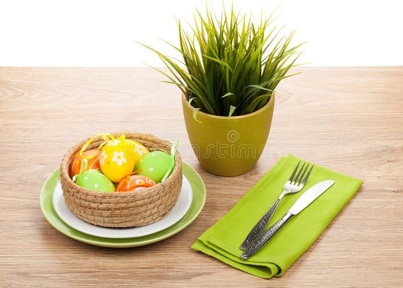 Пасхальные яйца с silverware и в горшке цветком стоковое фото rf